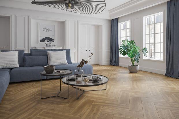 Podczas aranżacji swojego mieszkania, coraz więcej osób stawia na klasyczne, stonowane kolory, a projektanci stosują ponadczasowe rozwiązania podczas doboru produktów. Jednym z takich rozwiązań są drewnopodobne płytki ceramiczne.