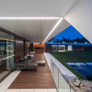 Edge House - dom na urwisku. Architektura: Przemek Olczyk / Mobius Architekci. Fot. Paweł Ulatowski