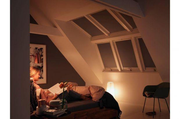 W ciemnych pomieszczeniach śpimy lepiej. Niestety, nie zawsze możemy sobie pozwolić na pełne zaciemnienie wnętrz – nawet jeśli nie zasypiamy w pobliżu włączonego telewizora lub laptopa, często przeszkadzają nam lampy uliczne czy światła prz