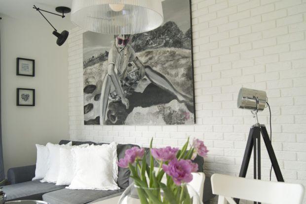 Cegłopodobne płytki są wszędzie – przyciągają entuzjastów skandynawskiego minimalizmu, miłośników surowych loftów czy wielbicieli rustykalnego piękna. Nic dziwnego, w końcu potrafią odmienić wygląd każdej ściany, wnęki lub kominka.