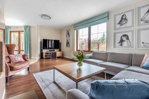 Wnętrze jest nowoczesne, a mimo to eleganckie i ciepłe. Emanuje spokojem i optymizmem. Nie ma tu mocnych kontrastów. Dokładnie tak, jak chcieli właściciele, którzy dużo pracują i w domu szukają wytchnienia i odpoczynku.