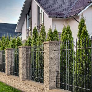 Pustak murowy Split to łupany bloczek ogrodzeniowy, który służy do budowy murków oraz podmurówek. Występuje w 2 rozmiarach oraz 4 kolorach, dzięki czemu można stworzyć z nich murowane elementy o różnych wysokościach, szerokościach a także efektach estetycznych. Dostępny w ofercie firmy Bruk. Fot. Bruk