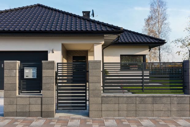 Ogrodzenie domu powinno być trwałe i estetyczne. Powinno też pasować do stylu budynku, koloru dachu czy wykończenia elewacji. Tak dobrana kompozycja będzie piękną wizytówką każdego domu.