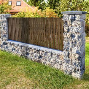 W skład systemu ogrodzeniowego Perta wchodzi osiem elementów, które pozwalają na jego swobodne wykonanie i wykończenie. Ich wzbogacona szlachetnym kruszywem powierzchnia do złudzenia przypomina naturalny, ciosany kamień. Dostępny w ofercie firmy Buszrem. Fot. Buszerm