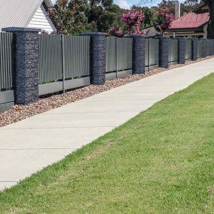 Pustak słupkowy Split to łupany bloczek betonowy, który strukturą przypominają kamień naturalny. Przeznaczony do budowy słupków ogrodzeniowych. Dwa rozmiary elementów pozwalają na tworzenie konstrukcji murowanych szerszych i węższych. Dostępny w ofercie firmy Bruk. Fot. Bruk