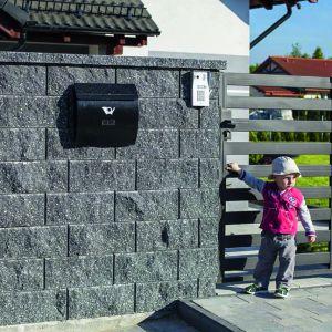 Antara II Polbruk to ogrodzenie przypominające tradycyjne kamienne mury. System składa się z betonowych bloczków, które wykonane są z łupanych pustaków bez pionowych spoin, dzięki czemu sprawiają wrażenie kamiennych segmentów. Występuje w czterech wersjach kolorystycznych. Dostępne w ofercie firmy Polbruk. Fot. Polbruk