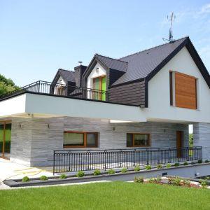 W projektach nawiązujących do stylistyki skandynawskiej, które zakładają najczęściej dwuspadowy dach, najlepiej sprawdzają się bezokapowe systemy odprowadzania wody deszczowej. Fot. Galeco