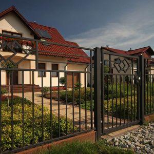 W stylistyce klasycznej warto tak dobierać ogrodzenie, by wyraźnie zaznaczało granice naszej posesji, ale jednocześnie nie przytłaczało tego co najważniejsze, czyli domu. Fot. Plast-Met Systemy Ogrodzeniowe