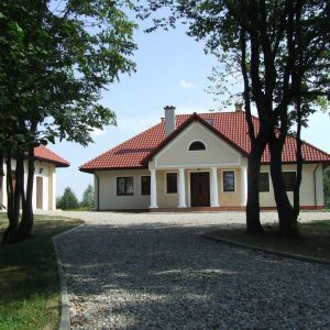 Domy stawiane w nurcie klasycznym często zdobią liczne elementy dekoracyjne oraz filary. Fot. Galeco
