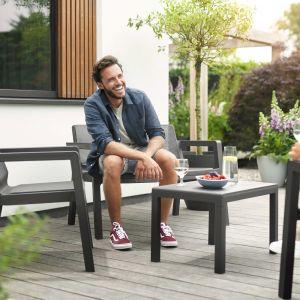 Nowoczesna linia mebli ogrodowych Emily to kompaktowa propozycja pasującą do mniejszych ogrodów i na tarasy, jest  w co najmniej 75 proc. zrobiona z recyklingu. Wygodne krzesła, kanapa i stolik spiszą się przy porannej kawie, czy popołudniowym spotkaniu ze znajomymi. Fot. Keter
