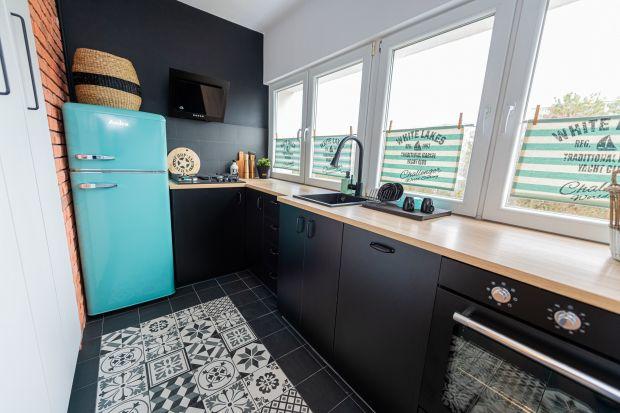 Czerń jest coraz częściej spotykana we wnętrzach. Rosnącą popularnością cieszą się łazienki, utrzymane w ciemnych barwach, ale trend nie omija również kuchni. Jak urządzić przestrzeń kuchenną w stylu all black tak, by wyglądała efektown