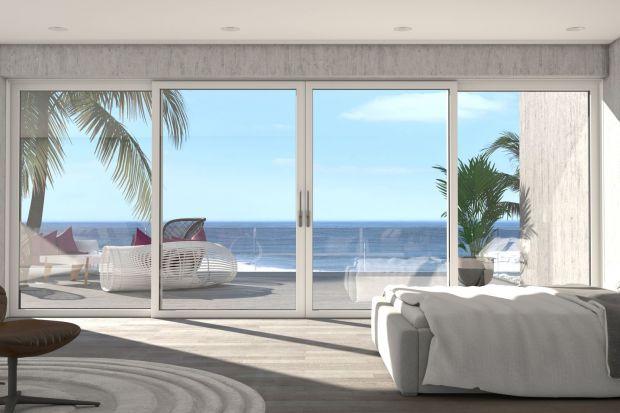 Efekt wzajemnego przenikania się wnętrza z otoczeniem zewnętrznym daje poczucie wolności i pozwala kreować iluzję powiększenia przestrzeni mieszkalnych. W realizacji takich koncepcji kluczową rolę odgrywają okna i drzwi przesuwne o panoramicznym