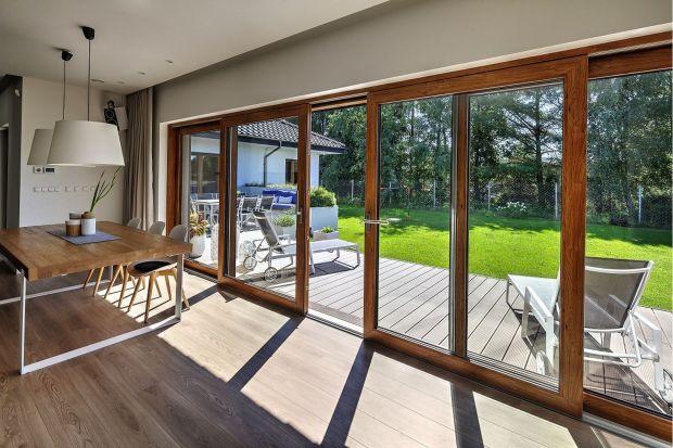 Jeśli marzymy o dużych panoramicznych oknach, niezakłóconym widoku na ogród i swobodnym wyjściu na taras – do wyboru mamy co najmniej kilka opcji stolarki. Różnią się one rodzajem zastosowanych okuć, a przez to sposobem otwierania, a także p
