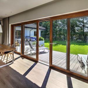 Jeśli marzymy o dużych panoramicznych oknach, niezakłóconym widoku na ogród i swobodnym wyjściu na taras – do wyboru mamy co najmniej kilka opcji stolarki. Fot. HST MS więcej niż Okna