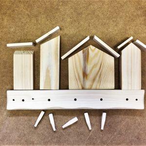 DIY - zrób to sam... a najlepiej z dziećmi. Wieszak w formie miejskiej zabudowy. Zdjęcia i realizacja: Rob In Wood