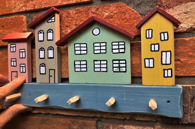 Zajęcia opierające się na twórczych zabawach drewnem, dekorowaniu, ozdabianiu i wytwarzaniu nowych obiektów codziennego użytku, które będą później faktycznie używane przez rodzinę, mają olbrzymi wpływ na rozwój dzieci.