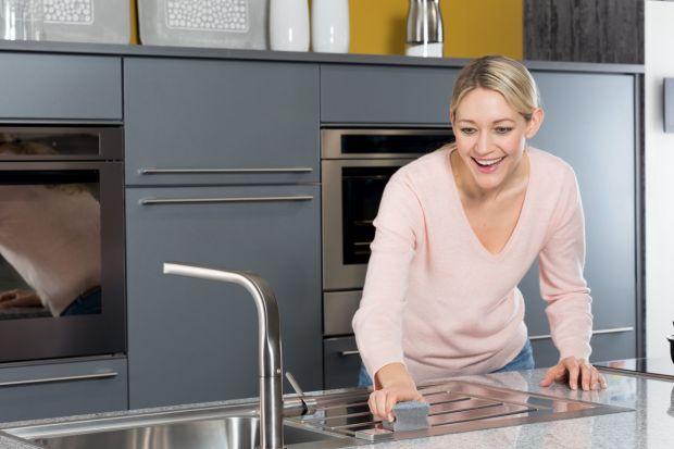 Czystość w kuchni to podstawa. Zwłaszcza, jeśli kuchnia stanowi integralną część salonu. Wtedy też powinna stanowić dopełnienie wystroju, a nie przyczyniać się do zaburzenia estetyki domowych wnętrz.