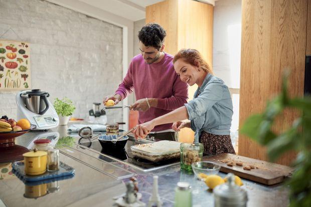 Wartona nowo odkryć przyjemność we wszystkich czynnościach wykonywanych w domowym zaciszu. Więcej czasu spędzamy również w kuchni, inspirując się przepisami, z których na co dzień nie korzystaliśmy. Na powrót zdobywają nasze serca przepis