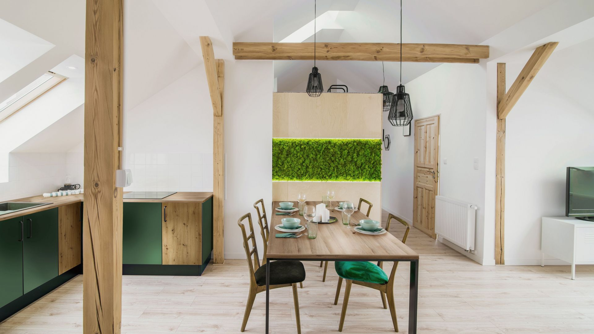 W wiosennej kuchni można znaleźć blat kuchenny dąb Lorenzo, który doskonale komponuje się z szafkami w dekorze Dąd Artisan i Labrador. Fot. materiały prasowe Pfleiderer