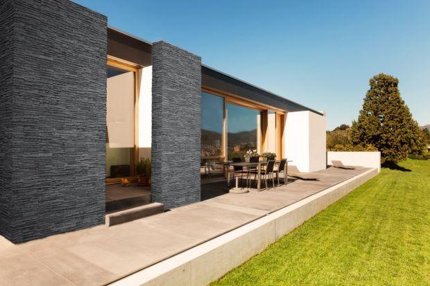 Biała, grafitowa, w odcieniu gołębim, a może chłodnym beżu? Pomysłów na elewację domu jest wiele, dlatego warto je dobrze przemyśleć. Podpowiadamy, jaki kolor okładziny wybrać tak, aby pasowała do charakteru budynku!
