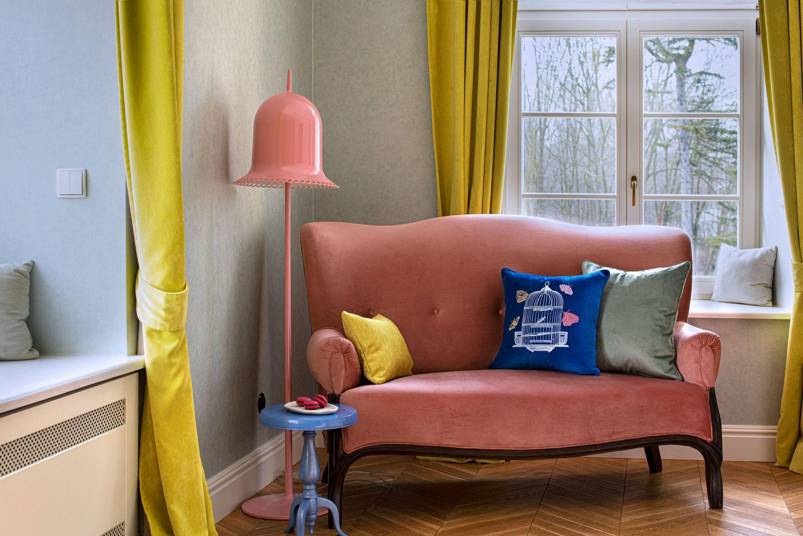Aksamitna poduszka dekoracyjna z motywem klatki z motylami. Cena: 445 zł. Fot. Food & Light – studio fotografii produktowej