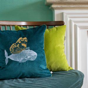 Aksamitna poduszka dekoracyjna z motywem wieloryba. Cena: 445 zł. Fot. Food & Light – studio fotografii produktowej