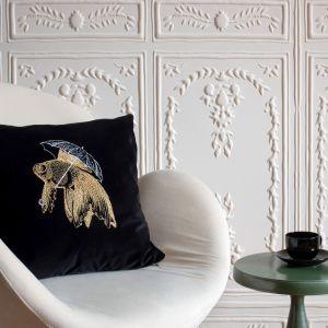 Aksamitna poduszka dekoracyjna z motywem ryby. Cena: 445 zł. Fot. Food & Light – studio fotografii produktowej