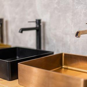 Różowe złoto w łazience - z czym łączyć? Fot. Laveo