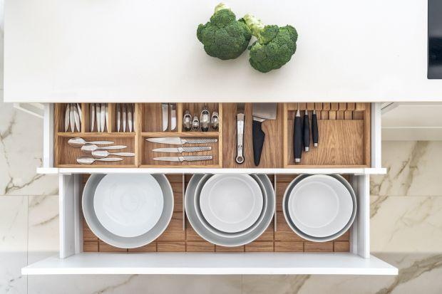 Praca w kuchni zaczyna się od przygotowania produktów i niezbędnych akcesoriów. Ich zgromadzenie nie powinno stanowić problemu, jeżeli strefa przechowywania jest odpowiednio zorganizowana. Trudności pojawiają się wówczas, kiedy przedmioty rozmie