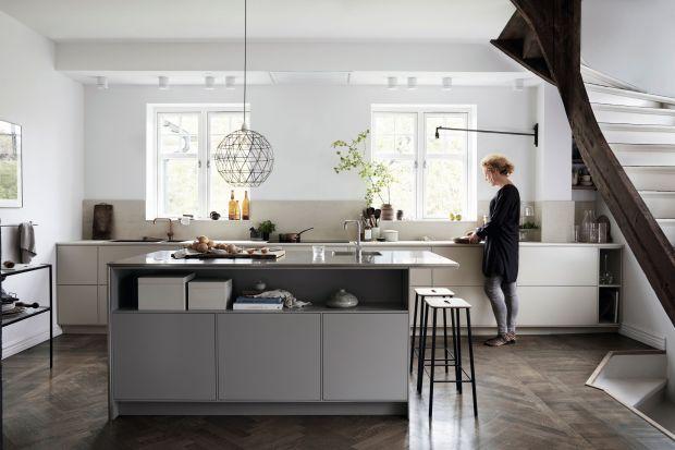 Modnie urządzona kuchnia to przestrzeń bez kompromisów. Trendowe kolory, nowoczesne materiały i funkcjonalne rozwiązania idą tu w parze, a pierwszoplanową rolę grają meble o salonowym charakterze.