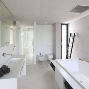 Pomysł na urządzenie białej łazienki. Projekt: Hanna i Seweryn Nogalscy. Fot. Bartosz Jarosz