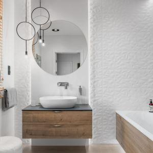 Pomysł na urządzenie białej łazienki. Projekt: Estera i Robert Sosnowscy. Fot. FotoMohito