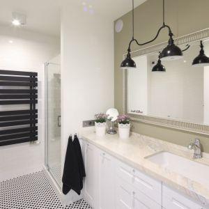 Pomysł na urządzenie białej łazienki. Projekt: Laura Sulzik. Fot. Bartosz Jarosz