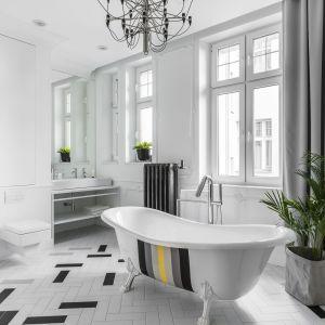 Pomysł na urządzenie białej łazienki. Projekt: Anna Maria Sokołowska.Fot. Foto&Mohito