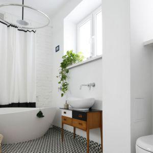 Pomysł na urządzenie białej łazienki. Projekt: Ewelina Pik. Fot. Bartosz Jarosz