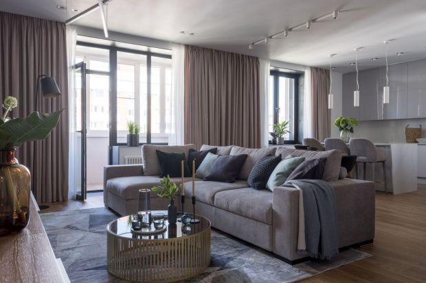 Na wskroś nowoczesny, wygodny i funkcjonalny apartament zaprojektowano dla trzyosobowej rodziny oraz kota rasy rosyjskiej niebieskiej. Układ mieszkania w kształcie litery L umożliwił czytelny podział przestrzeni na część dzienną: otwartą oraz n
