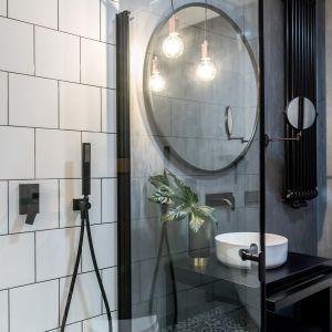 Z reprezentacyjną strefą kąpieli kontrastuje strefa prysznica, której nadano mniej surowy charakter.