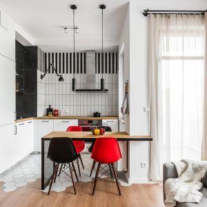Salon z kuchnią i jadalnią. Najlepsze pomysły na małą przestrzeń. Projekt JT Neptun Park