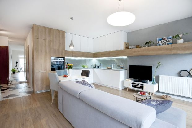 Salon z kuchnią i jadalnią to miejsce, które sprzyja budowaniu codziennych relacji rodzinnych. W małych mieszkaniach w bloku pozwala wizualnie powiększyć przestrzeń. Jak go urządzić? Zobaczcie gotowe realizacje.