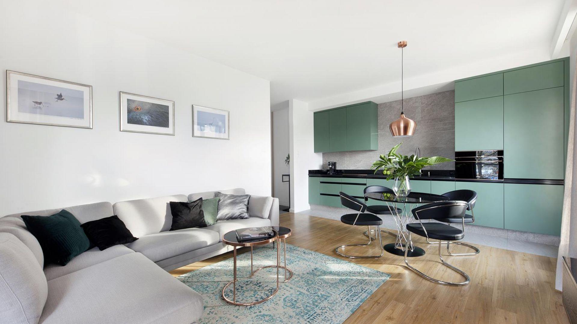 Salon z kuchnią i jadalnią. Najlepsze pomysły na małą przestrzeń. Projekt Studio Loko
