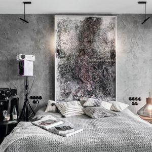 Głównym elementem wystrój sypialni jest ogromny, przestrzenny obraz Przemysława Łopacińskiego, który wyeksponowany został na tle betonowych szarości. Projekt: Magdalena Bielicka, Maria Zrzelska-Pawlak. Fot. Fotomohito