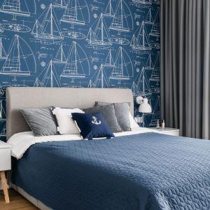 Niepowtarzalnego charakteru nadaje sypialni marynistyczna tapeta: The Yacht Club YC61312 firmy Wallquest (dostępna w sieci salonów Dekorian Home). Projekt: Studio Projekt. Fot. Fotomohito