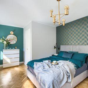 Na tle geometrycznej tapety to piękne prezentuje się welurowe tapicerowane łóżko. Projekt: Katarzyna Uziembło, Duet Studio. Fot. Duet Studio
