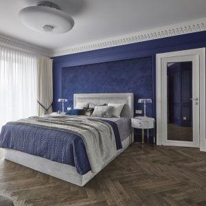 Ściana obita została pikowanym aksamitem w kolorze głębokiego niebieskiego. Projekt: mDom. Fot. Michał Przeździk-Buczkowski