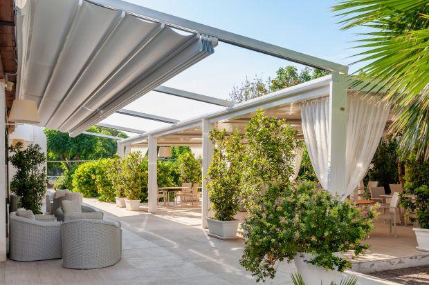 Ładna pogoda zachęca do spędzania czasu na tarasie czy balkonie. By korzystać z nich bezpiecznie warto pomyśleć o markizach, które uchronią nas przed szkodliwym działaniem promieni słonecznych.