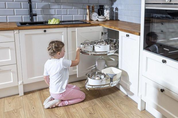 Jak utrzymać porządek w kuchennych szafkach i szufladach? Pomogą tym praktyczne carga, kosze, wkładyoraz pojemniki.<br /><br />