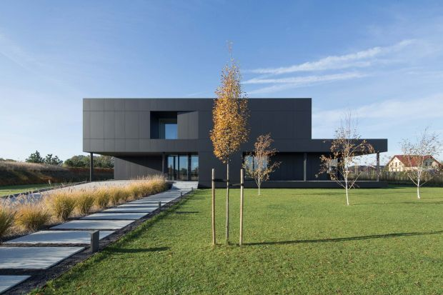 Otoczenie budynku tworzą budynki mieszkalne i gospodarcze nie posiadające jednorodnego charakteru. Uniemożliwiało to zdefiniowanie dominujących cechy stylistycznych, do których należałoby nawiązać w projekcie. Projekt podporządkowano zatem wyma