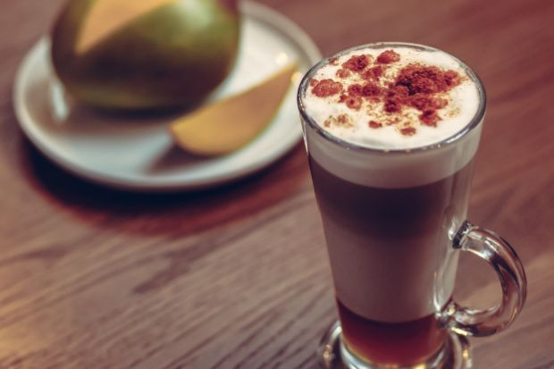 Zamknięte kawiarnie nie oznaczają, że na ulubioną kawę będzie trzeba poczekać. Nawet jeśli bardziej niż aromatyczne espresso pociąga Cię wyszukany deser na bazie kawy, wciąż możesz przygotować go w domu. Wystarczy chwila, kilka składników