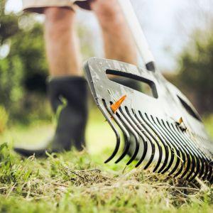 Grabie XactTM zostały wyposażone w szeroką głowicę, która w szybki i efektywny sposób zgrabi liście czy ściętą trawę nawet na dużej powierzchni. Lekki, aluminiowy trzonek o specjalnym profili sprawia, że praca jest wydajna i zarazem komfortowa. Dostępne w ofercie firmy Fiskars. Fot. Fiskars