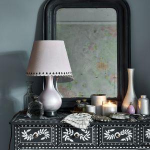 Podstawa lampy , świeczniki i wazony pomalowane Pearlescent Glaze. Fot. Annie Sloan